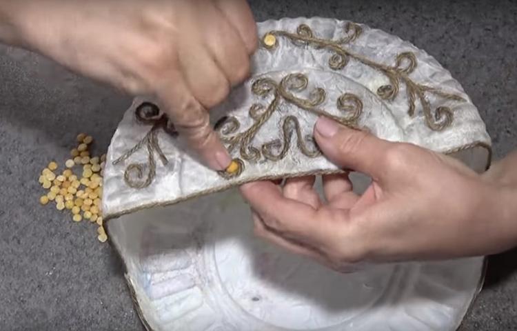 Можно даже использовать половинки сушёного гороха, они, в итоге, будут похожи на металлические заклёпки. Горошины приклеиваются горячим клеем