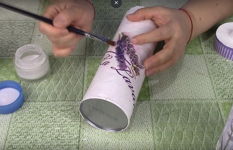 Теперь на поверхность с каплями горячего клея нужно снова нанести точно такую же аппликацию и приклеить её клеем, аккуратно расправляя мокрую салфетку по всем выпуклым местам