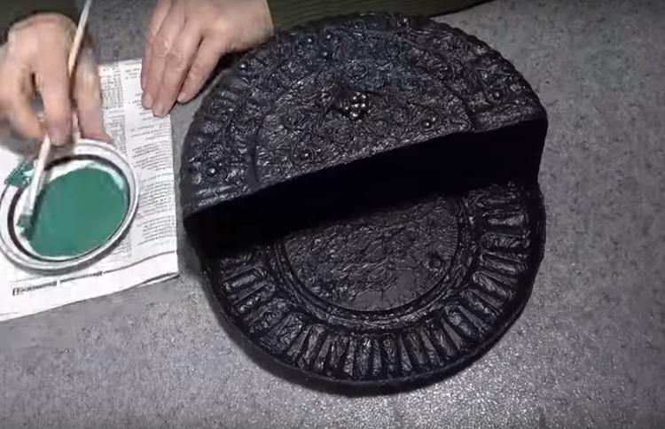 Первая краска – чёрная. Возможно, что придётся нанести её в два слоя, чтобы не просвечивала основа. Наносить покрытие можно кистью или губкой