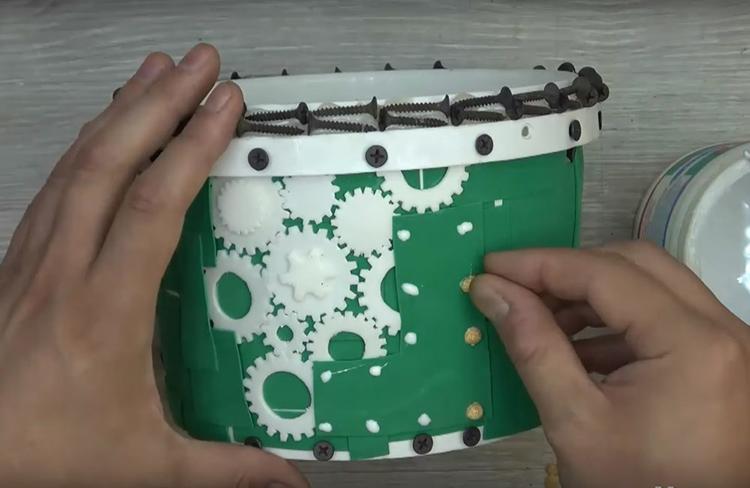 Чтобы имитировать заклёпки, используйте колотый горох. Подберите целые половинки горошин и наклейте их с помощью ПВА поверх прямоугольников