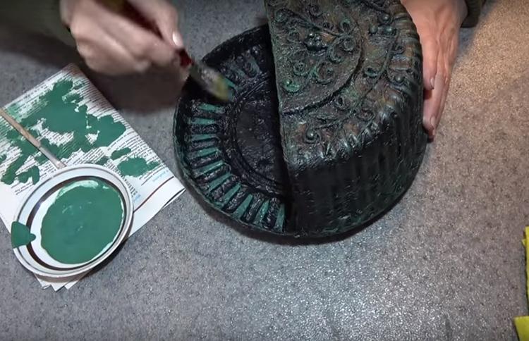 Второй, оттеночный слой, укладывается после высыхания основного. Зелёную краску следует наносить кончиком кисти короткими мазками