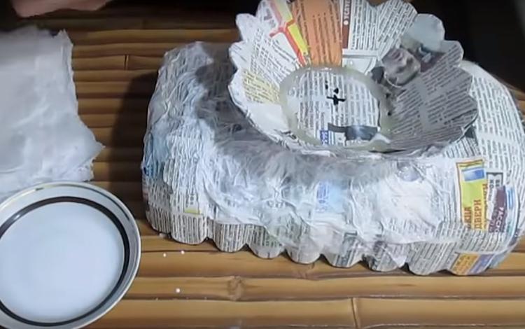 Поверхность газет все ещё слишком ровная и не похожа на ручную ковку. Настало время для работы с более тонким материалом – бумажными салфетками. Их рвут на части, сминают и наносят на поверхность, проклеивая прямо снаружи клеем ПВА и оставляя смятые складочки