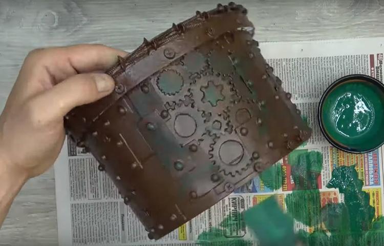Когда коричневая краска высохнет, а на это уйдёт пара часов, полусухой кистью нанесите редкие мазки тёмно-зелёным цветом