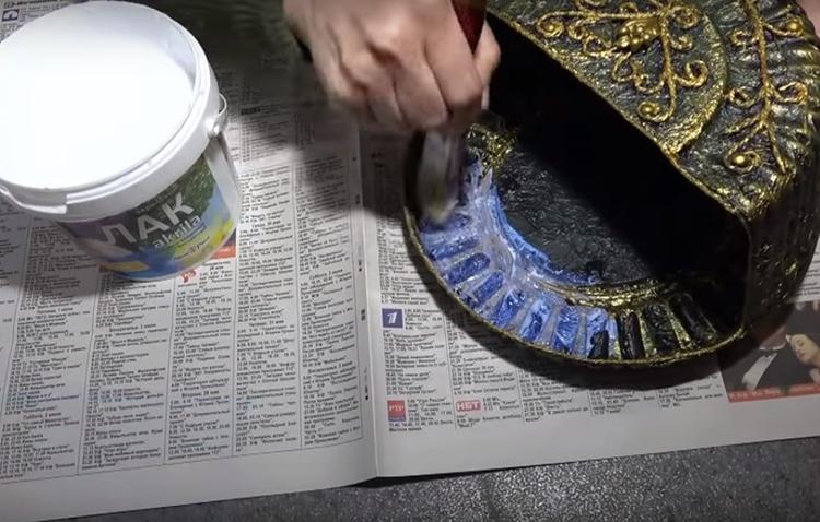 Когда все слои краски хорошо просохнут, можно зафиксировать всё акриловым лаком. Он придаст дополнительный блеск всему изделию
