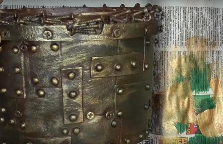 Ещё через пару часов оттените детали лёгкими мазками бронзовой краски. Это можно сделать кистью или губкой очень тонким слоем