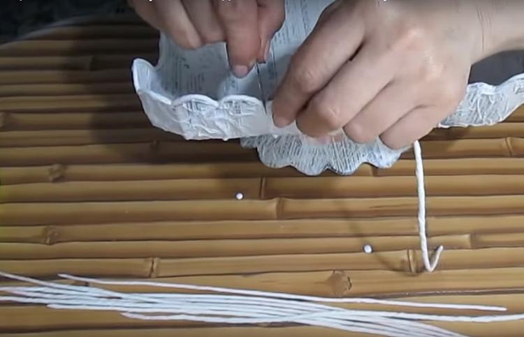 Тонким бумажным жгутом следует оформить обрезанный волнистый край. Не жалейте для этой цели ПВА, чтобы потом этот край не отвалился