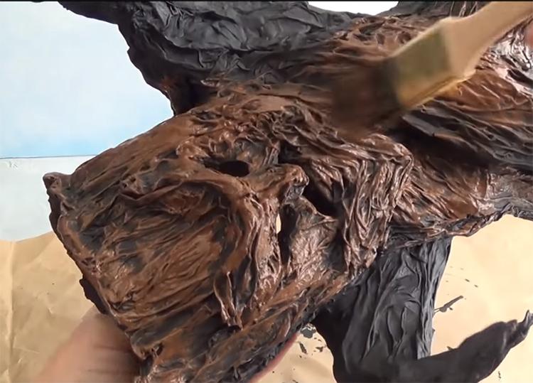 Затем последовательно наносите разные оттенки коричневого на заготовку, используя полусухую и сухую кисть. Сначала – более темные тона, под конец – самые светлые