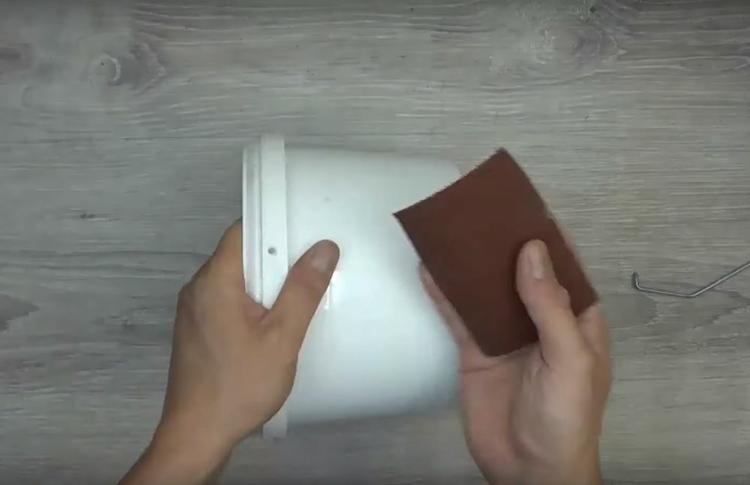 Ведёрко нужно очистить от наклеек, обработать шкуркой по всей поверхности и обезжирить ацетоном