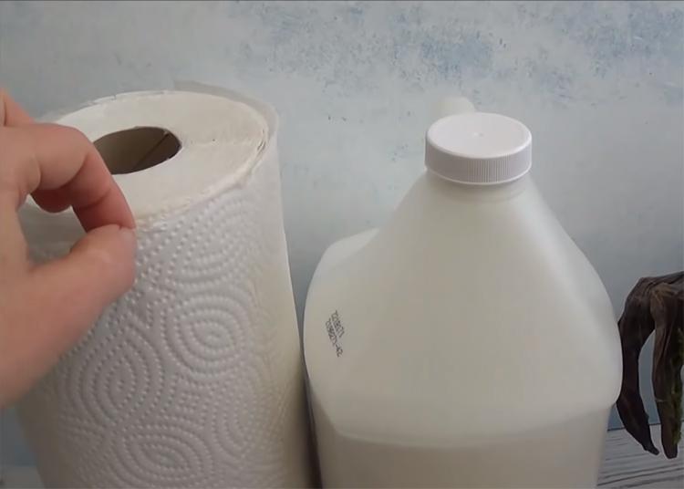 Для создания светильника вам потребуются бумажные полотенца, желательно без рисунка и клей ПВА, а также малярный скотч