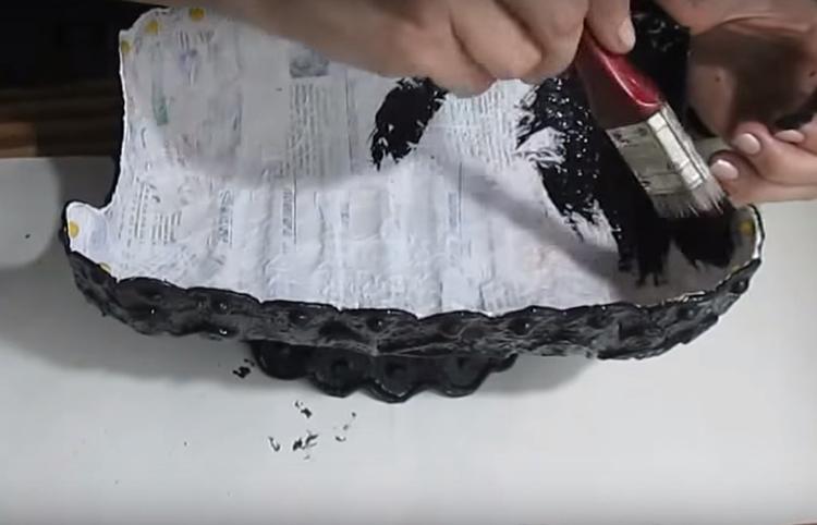 Первый слой краски – чёрный. Следует полностью покрыть им хлебницу так, чтобы не оставалось никаких пробелов. Если развели краску слишком жидко – нанесите второй слой
