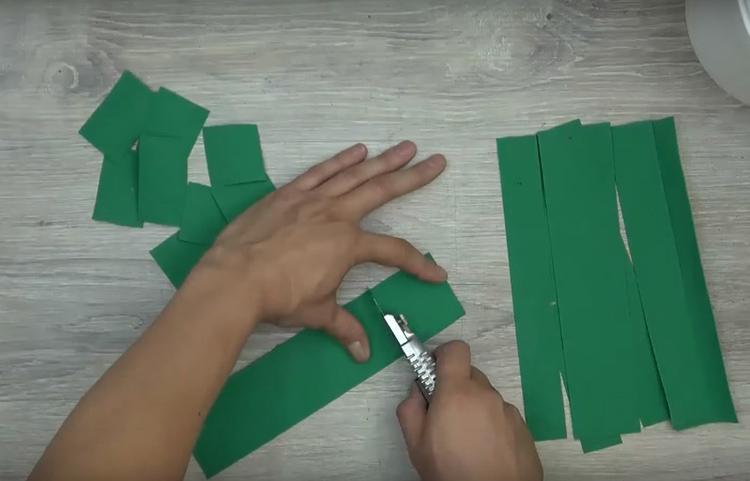 Лист фоамирана нарезать на прямоугольники разного размера. Он хорошо режется ножницами и канцелярским ножом