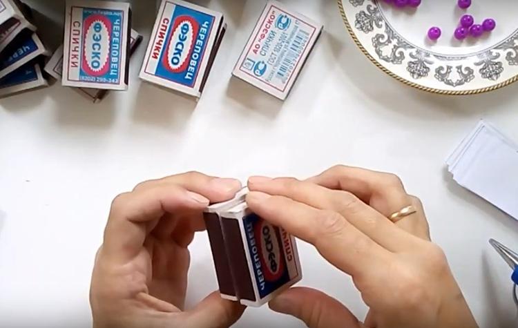 Соедините два коробка вместе и прижмите на пару секунд. Горячий клей моментально остывает, прочно фиксируя детали