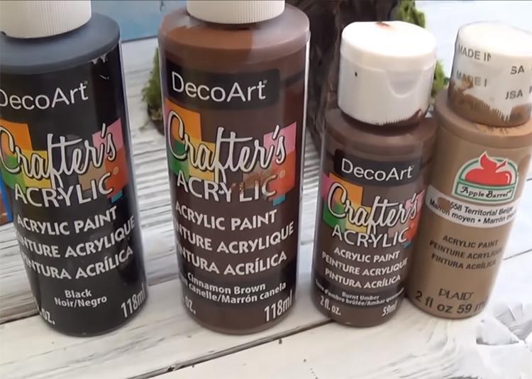 Тонировать изделие нужно черной краской и оттенками коричневого. Можно использовать краску с бронзовым и зеленоватым оттенком. Чем больше цветов вы подберете, тем интереснее и естественнее получится результат