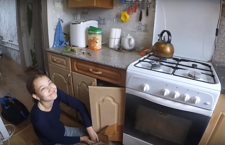 Справится с задачей может даже ребёнок. Никакого клеевого следа – ведь мягким пластиком в процессе изготовления такой мебели заготовки просто обтягиваются
