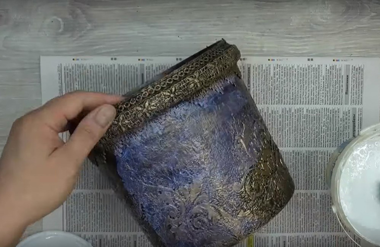 И, как и в первой модели, последний штрих – слой акрилового лака. Теперь краска будет иметь металлический отблеск