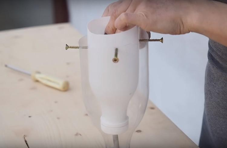 Чтобы зафиксировать две детали опалубки, нужно установить 3-4 самореза по кругу. Следите за тем, чтобы расстояние между внутренней и наружной частями было одинаковым, тогда стенки плафона получатся ровными. Между донышками не забудьте вставить карандаш или трубку подходящего диаметра