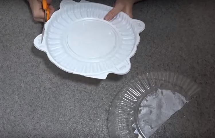Прозрачную часть коробки следует разрезать ровно пополам, а у нижней части отрезать все ушки, чтобы получился ровный круг без выступов