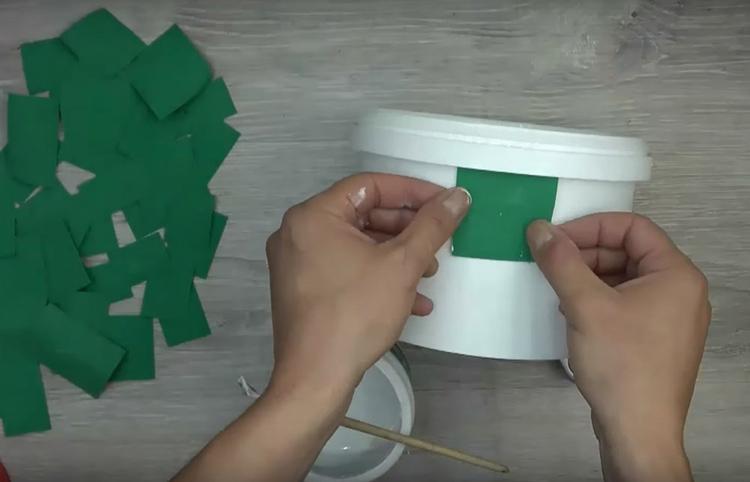Нанесите клей ПВА на поверхность ведёрка и наклейте прямоугольники из фоамирана