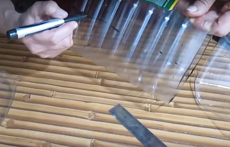 Теперь эту заготовку нужно разрезать ровно пополам вдоль линии. Для стандартных бутылей расстояние от дна до линии разреза составляет 8 см. Если у вас нестандартная бутылка, промеряйте её и разрежьте пополам