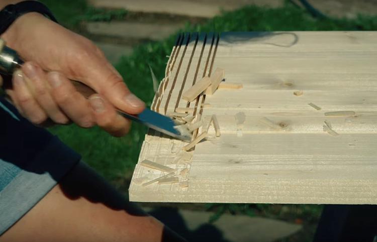Для создания рамок мастер сделала несколько надрезов дисковой пилой на половину толщины рейки, а затем выбрала древесину стамеской так, чтобы получились одинаковые пазы