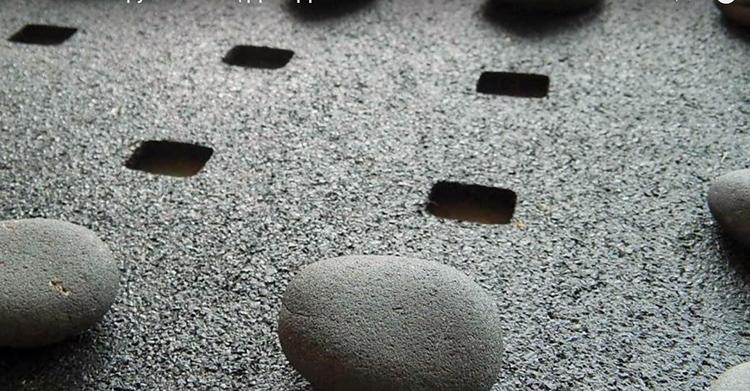 Прежде чем наклеивать гальку, сложите из неё «пазл» на коврике, тщательно подбирая каждый камень по размеру. На края лучше поставить камни покрупнее, в центре – помельче. Если у вас камни разного цвета, можно даже составить какой-нибудь простенький рисунок, вроде рамки или круга по центру