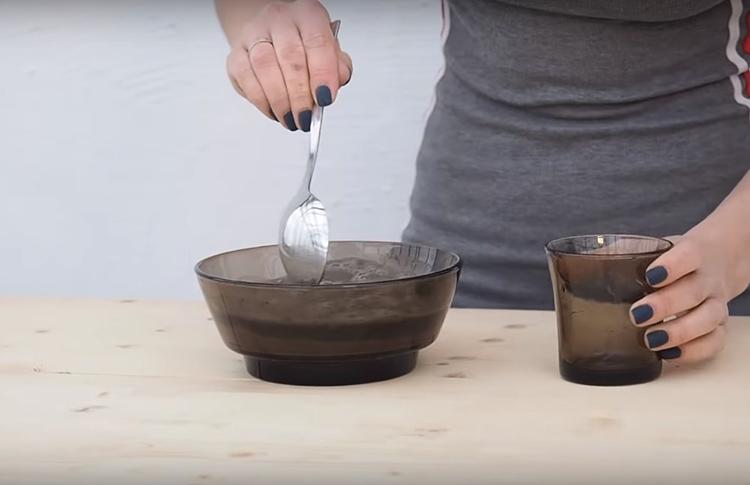 Смешайте 1 часть цемента и 2 части мелкого песка, добавьте немного воды и замешайте так, чтобы получилась густая, как сметана, смесь