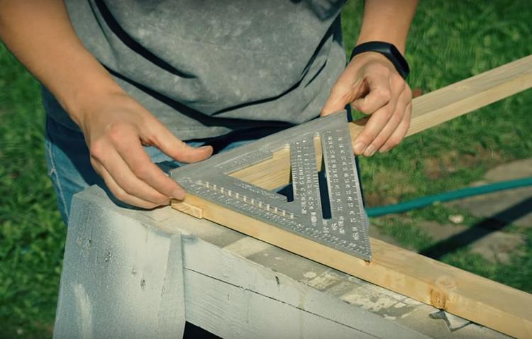 Геометрия рамки должна быть безупречной. Поэтому важно проверить соединения с помощью строительного уголка. После этого, следует соединить пазы с помощью небольшого самореза