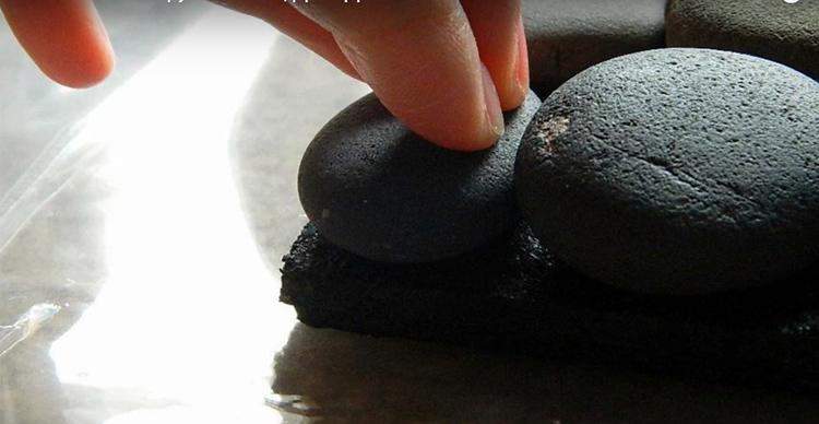 Наносите клей на камни и прижимайте их к коврику. Старайтесь работать так, чтобы не тревожить соседние элементы. Силиконовый клей сохнет долго, так что можно неосторожным движением нарушить положение гальки