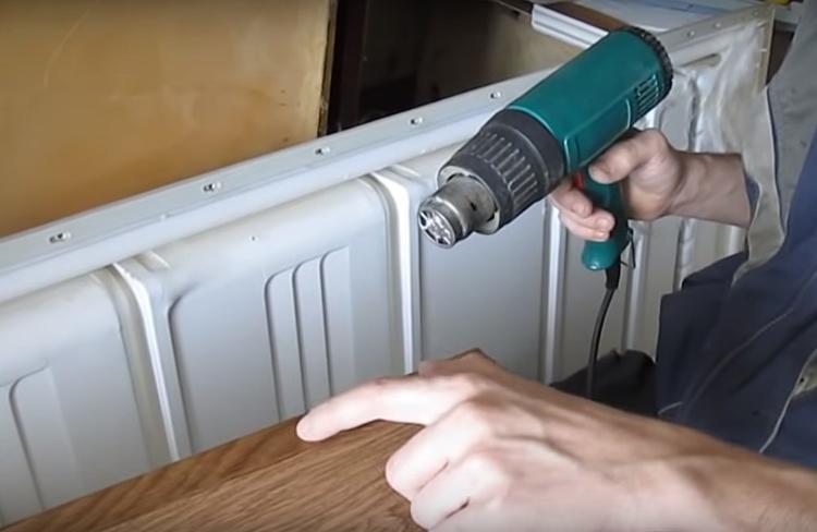 Важно аккуратно дозировать степень нагрева, так как можно неосторожно расплавить плёнку и безнадёжно испортить поверхность