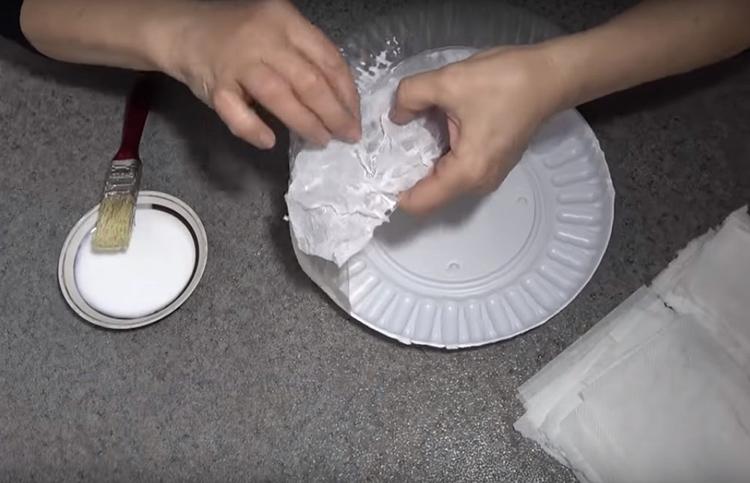 Полотенца нужно намочить водой и смять. Далее конструкция полочки обмазывается клеем ПВА, сверху накладываются салфетки так, чтобы образовывались складочки. Покрыть слоем салфеток нужно все части конструкции