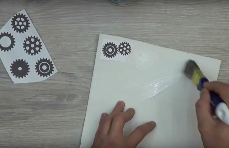 Распечатайте на листе бумаги контуры шестерёнок. Найти такие несложно в клипартах или коллекциях для фотошопа. Наклейте рисунки на лист фоамирана с помощью ПВА