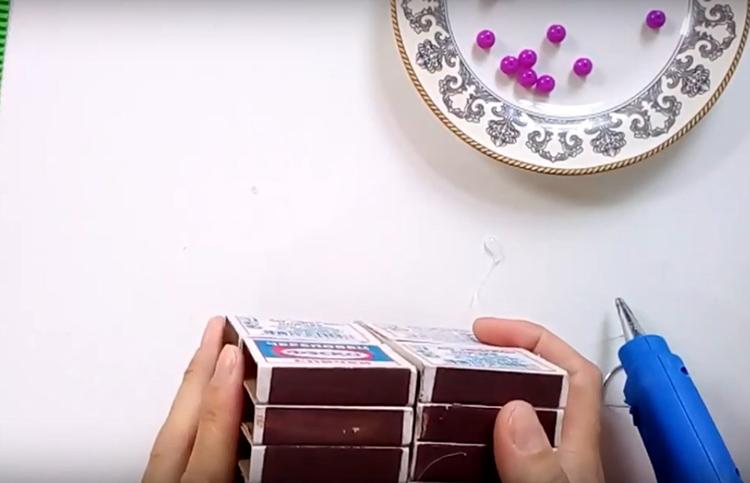 После того, как у вас будут готовы четыре ряда коробков, соедините их между собой через тот же самый промежуточный лист картона