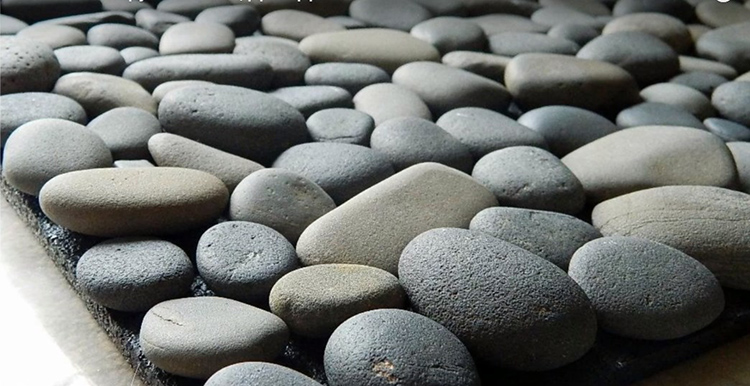 Не расстраивайтесь, если высота камушков в приклеенном виде будет немного отличаться – это нормально. Главное, чтобы они заняли устойчивое положение на основании и не шатались при механической нагрузке сверху