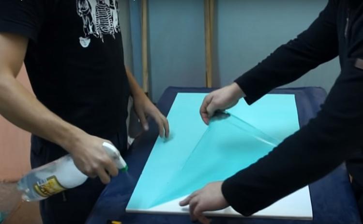 Если вы клеите плёнку на стекло или пластик, больше подходит мокрый метод