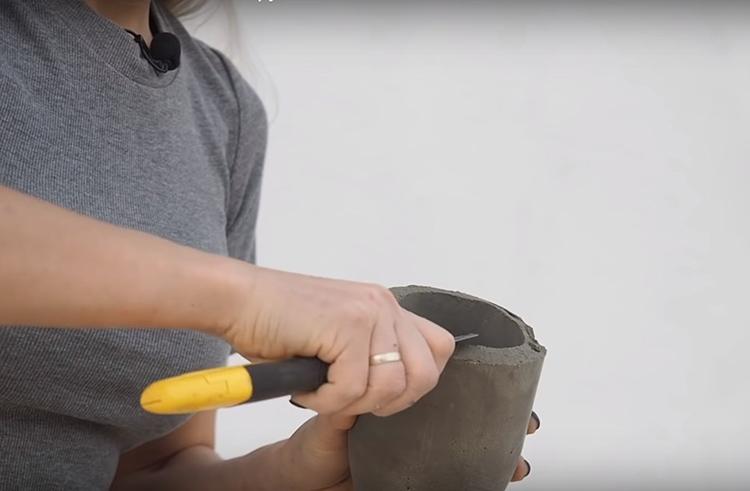 Край плафона можно выровнять с помощью ножа и наждачной бумаги. Впрочем, вы можете оставить его как есть, так будет даже оригинальнее