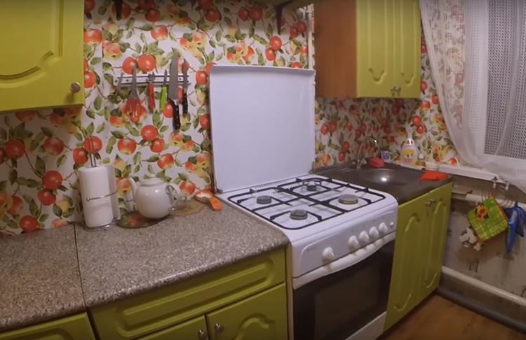 Вот такой получилась обновленная кухня Натальи. По-весеннему жизнерадостный цвет дополнили яркие обои. Никто уже не вспоминает про завёрнутые края ламината и унылый вид мебели