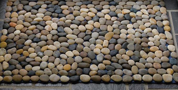 А вот такой результат может получиться, если вы используйте разноцветную гальку. Чтобы подчеркнуть цвет камней, можно покрыть их акриловым лаком. В этом случае, они не будут темнеть при попадании влаги