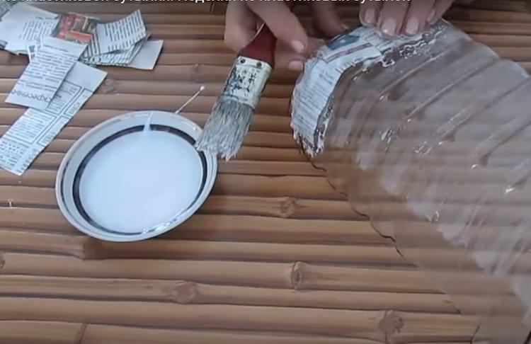 Имитация металла в этом случае будет основана на технике папье-маше. Сначала нужно скрыть ровный гладкий пластик так, чтобы он полностью поменял свой внешний вид. Используйте для этого кусочки газеты и ПВА-клей. Пусть под слоем целлюлозы скроются все части пластика, но так, чтобы не потерялся рельеф