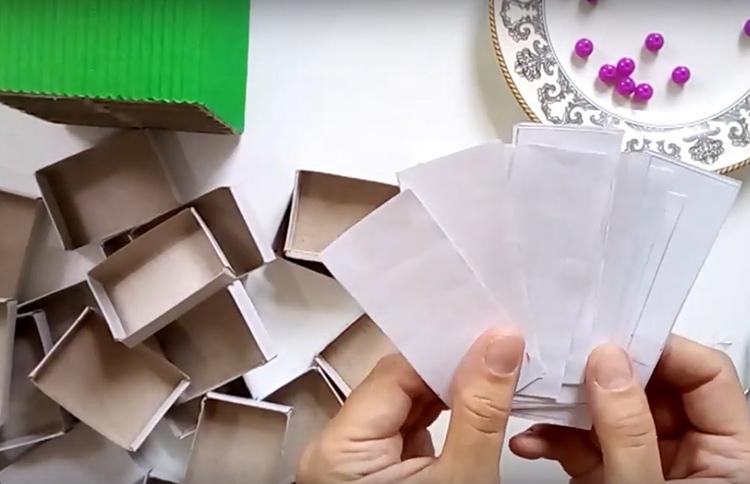 Выдвижные части коробков и так выглядят аккуратно, но если вы хотите, чтобы они были ещё лучше – можно сделать в них вкладыши из белой бумаги. Для этого нарежьте листок на полоски по ширине коробка и приклейте их
