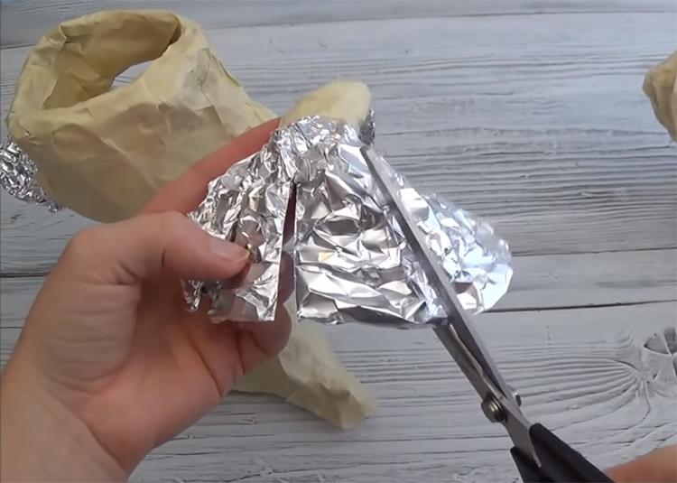 Самая тонкая работа в создании корпуса – сделать тонкие пальцы-когти. Закрепите сложенную в несколько раз фольгу на руке и разрежьте ее на полосы