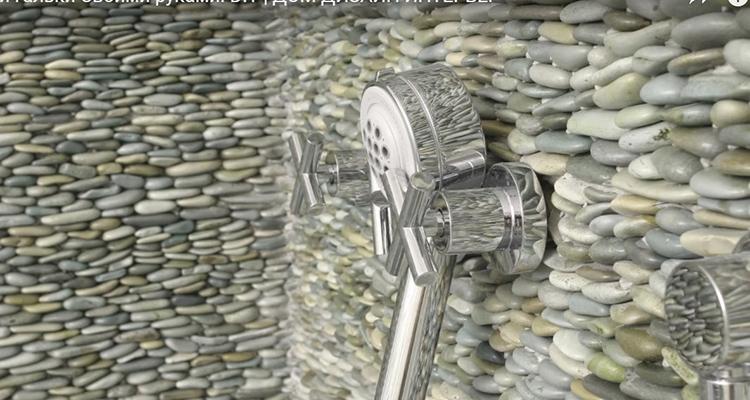 На стену гальку можно наклеить, как и на коврик, или расположить её вот так – ребром, создавая своеобразную кладку. Получится очень оригинальное оформление. Единственное – вам придётся найти большое количество этого природного материала. Подойдёт морской и речной камень