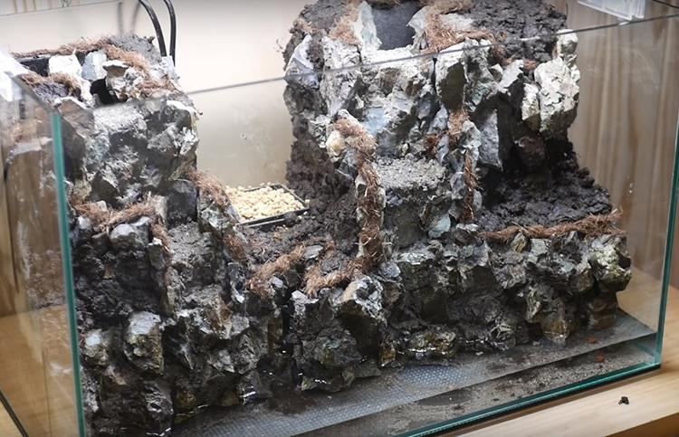 На нескольких горизонтальных площадках разместите плодородный грунт, смешанный с небольшим количеством глины и коры