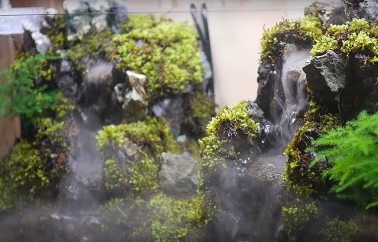 Для создания туманной дымки в одну из возвышенностей для водопада помещают генератор тумана
