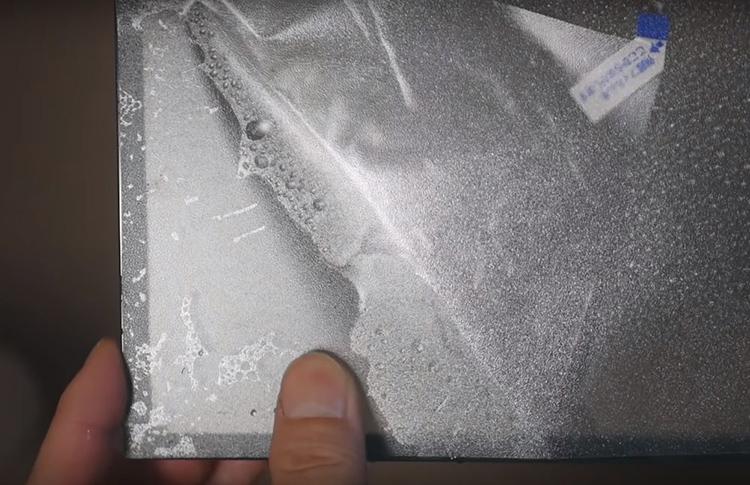 Где бы вы не поставили свой террариум, нехорошо будет, если задняя стенка будет просвечивать и сквозь неё будут видны обои или ваша обстановка. Чтобы так не получилось, заднюю стенку лучше покрыть матовой плёнкой или любым другим материалом, который скроет содержимое за стенкой
