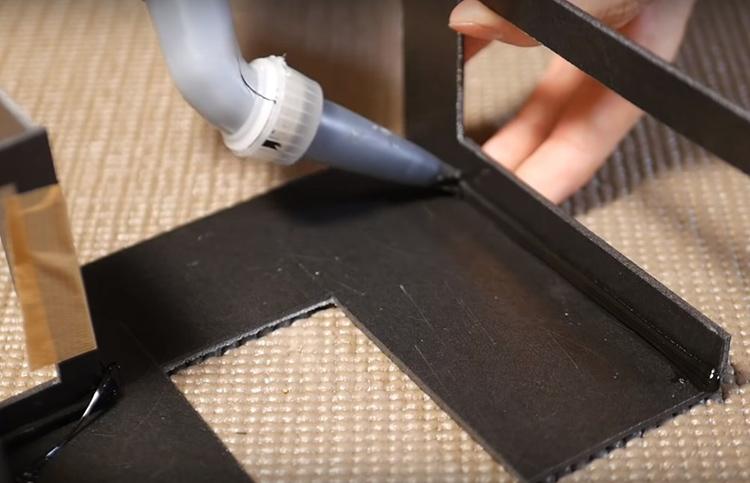 Для создания каркаса будущих скал потребуется вырезать из пластика или пенопласта основу. Какой она будет – решать вам, это полностью фантазийный объект