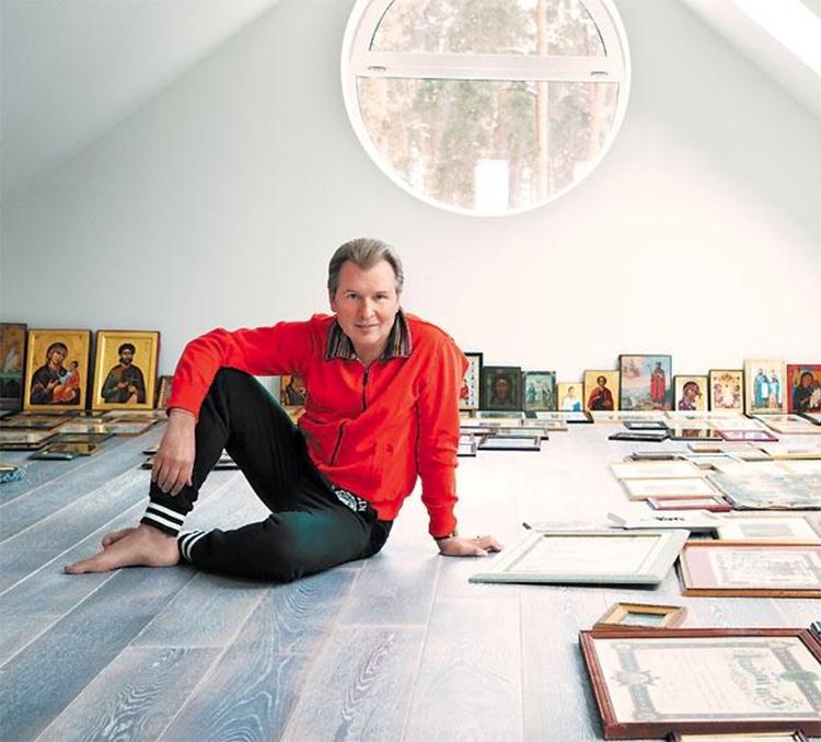 Александр Малинин планирует устроить в мансарде настоящий музей духовной литературы и выставку иконФОТО: fashion-int.ru