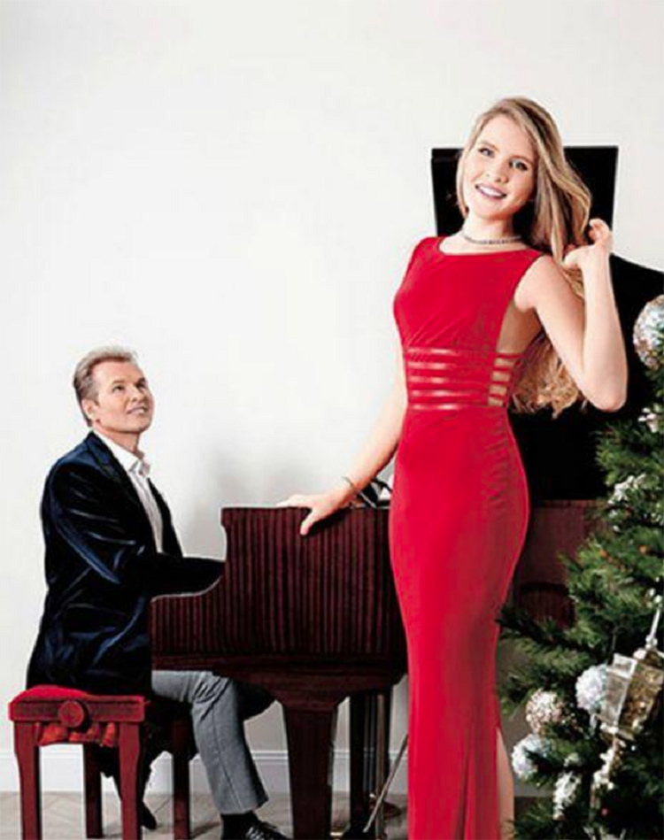 Александр Малинин часто устраивает музыкальные вечера вместе с дочерьюФОТО: fashion-int.ru