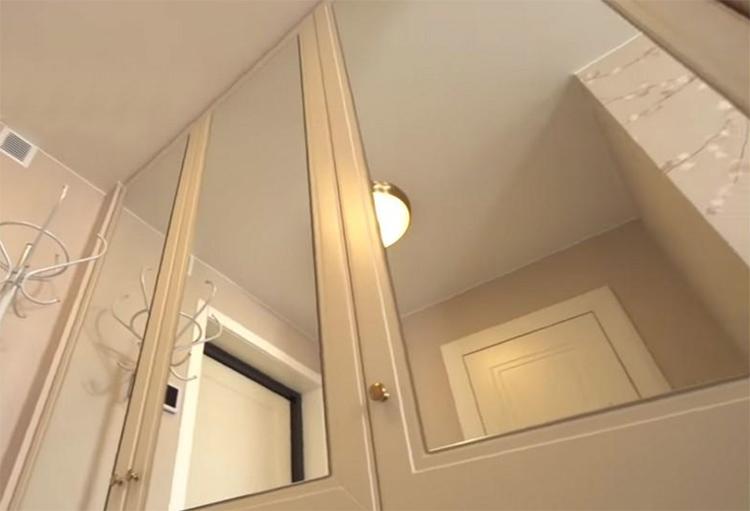 В прихожей установили шкаф-командор с зеркальными полотнамиФОТО: klademkirpich.ru