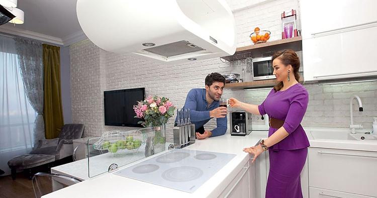 Белоснежная кирпичная стена связала в одно целое гостиную и кухнюФОТО: remont-f.ru