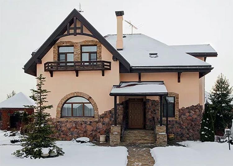 Фасад дома декорирован каменной кладкой, которая придаёт ему схожесть с альпийским шалеФОТО: ml-dom.ru